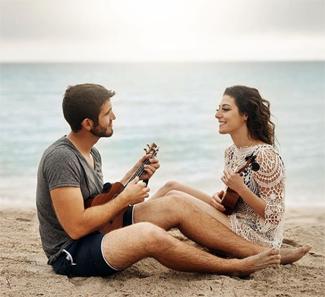 """Sol y paseo de nubes con temperaturas en ascenso. Mañana hará más calor. Dominic & Josette Aunque con algunas nubes decorativas, hoy vamos a tener un día básicamente soleado. Y eso es lo que nos van a cantar una simpática pareja con su """"sunny day"""" (día soleado) desde las fantástica playa de Miami."""
